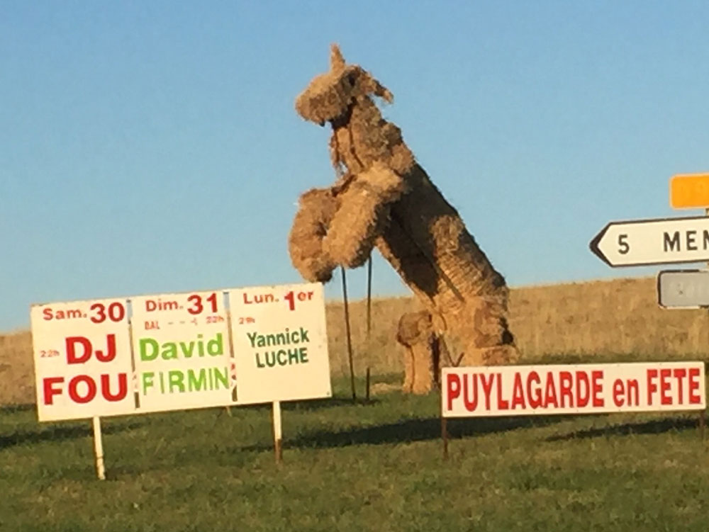 Giant straw horse spotted near Saint Projet