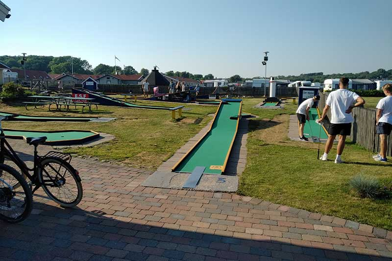 The night before heading back to Denmark, courier Richard stayed at a rather delightful holiday park. He had no passengers to occupy him, but fortunately there was crazy golf to keep him busy!