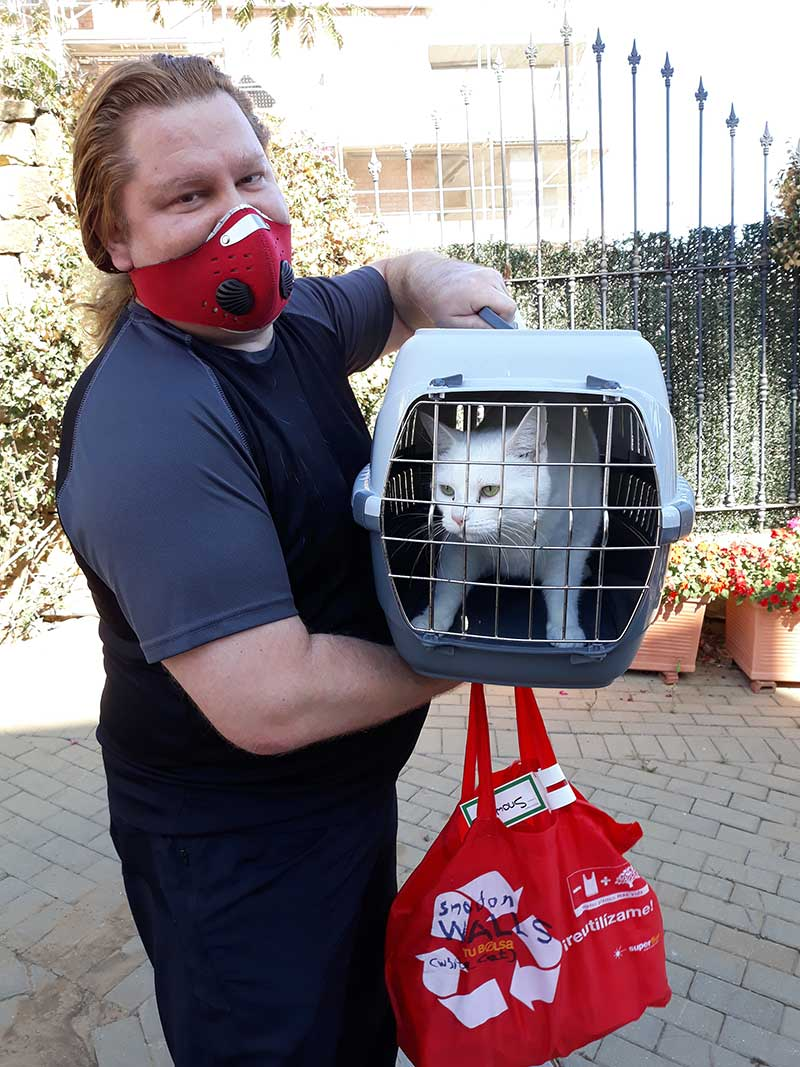 pet transport news : A warm welcome for handsome Snowdon
