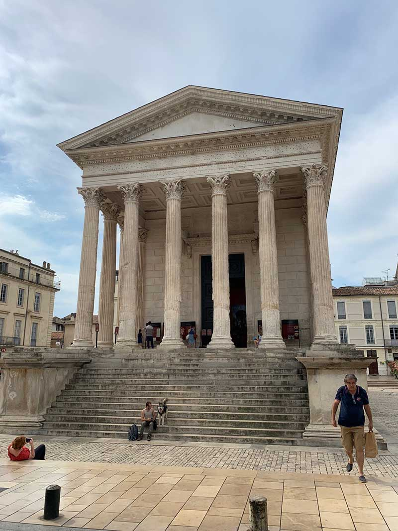…and the Maison Carrée, an ancient Roman temple